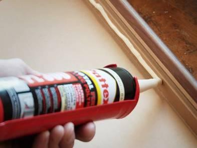 Laminat auf Treppen verlegen, Montagekleber auf Vorderkante, Foto: BHK Holz- und Kunststoff KG H. Kottmann