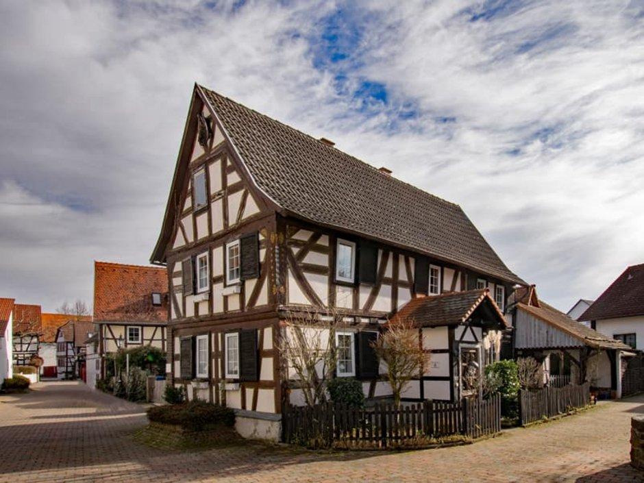 Altbau-Sanierungspflicht, Fachwerkhaus in einer Fachwerkhaussiedlung, Foto: Lapping Pictures / stock.adobe.com