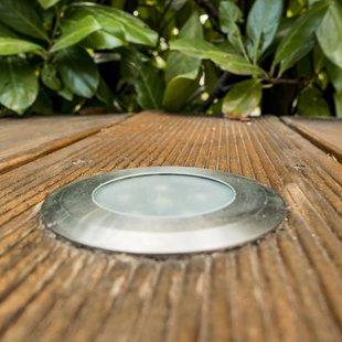 Außenbeleuchtung, ein Gartenspot in einer Holzterrasse, Foto: Mitch Shark / stock.adobe.com