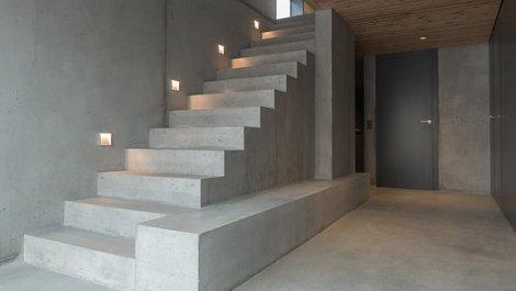 Treppe, Betontreppe ohne Geländer, Foto: Sven / stock.adobe.com