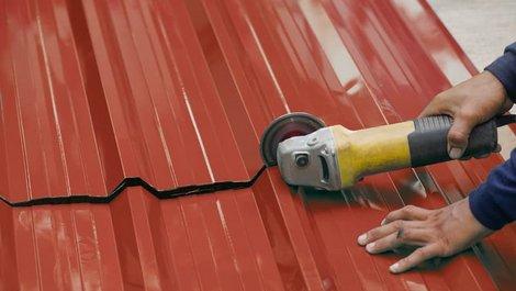Dachplatten, Mann zerschneidet Dachplatte mit Flex, Foto: Verin / stock.adobe.com