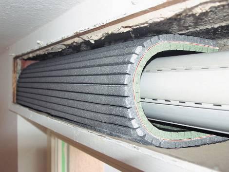 Rollladenkasten dämmen, geöffneter Rollladenkasten mit flexibler Dämmmatte, Foto: Beck + Heun