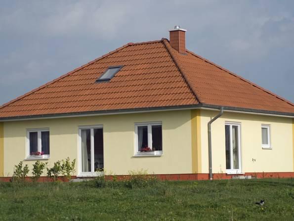 Bungalow, quadratischer Bungalow mit großem Dach, Foto: Ralf Gosch / stock.adobe.com
