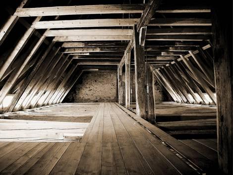 Altbau kaufen, ein sauberer und aufgeräumter Dachboden mit intakten Dachbalken, Foto: Mike Lorenz / stock.adobe.com