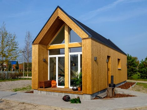 Modulhaus, Holzhaus auf Betonfundament, Foto: iStock.com / Hollandfoto