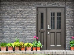 Haustür, Klinkerfassade, Foto: bzzup / stock.adobe.com