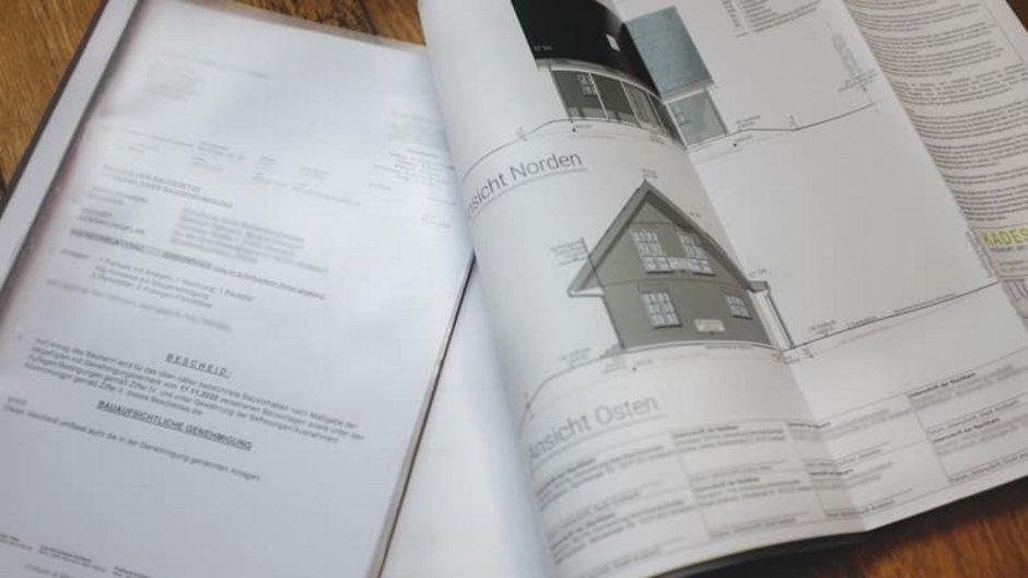 Baugenehmigung, genehmigter Bauantrag, aufgeschlagene Dokumente, Foto: mdittmann