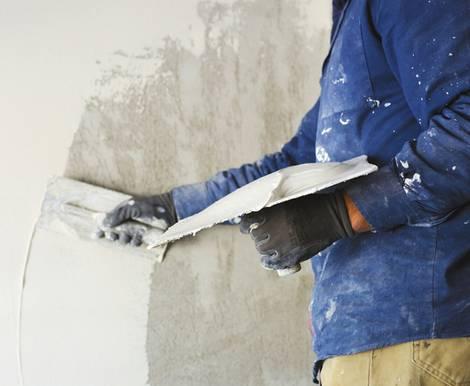 Wand verputzen, diy, selber machen, Wand verspachteln, Spachtelmasse abziehen, Foto: peuceta – fotolia.com