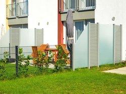 Sichtschutz, kleine Gärten eines Mehrfamilienhauses, Foto: Herrmann / stock.adobe.com