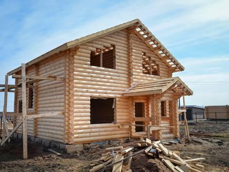 ökologische Dämmstoffe Holz, ein Blockhaus im Rohbauzustand, Foto: fotolia.de / SergeyCash