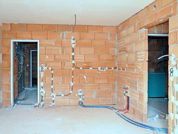 schlüsselfertig bauen, Innenaufnahme eines Rohbaus aus Ziegel, Foto: photo 5000 / fotolia.de