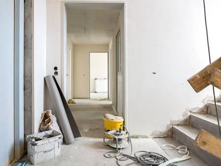 Ausbau, Flur, Treppe, Werkzeuge und Materialien stehen herum, Foto: Matthias Bühner / fotolia.com