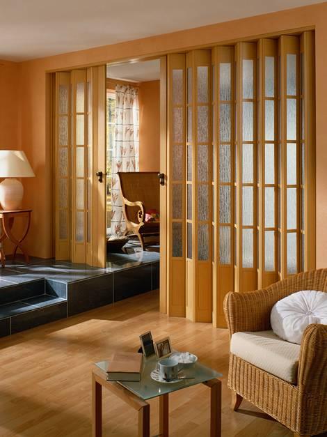 Innentüren, Falttür, Wohnzimmer mit breitem Durchgang, der mit einer Falttür geschlossen werden kann. Foto: Marley