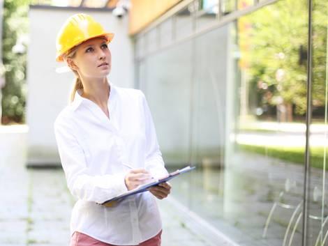 Bauabnahme, junge Frau begutachtet Neubau und führt Protokoll, Foto: Peter Atkins / stock.adobe.com