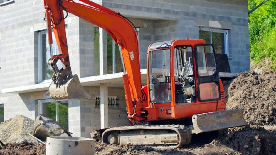 Erdarbeiten, Minibagger vor einem Rohbau, Foto: savoieleysse / stock.adobe.com