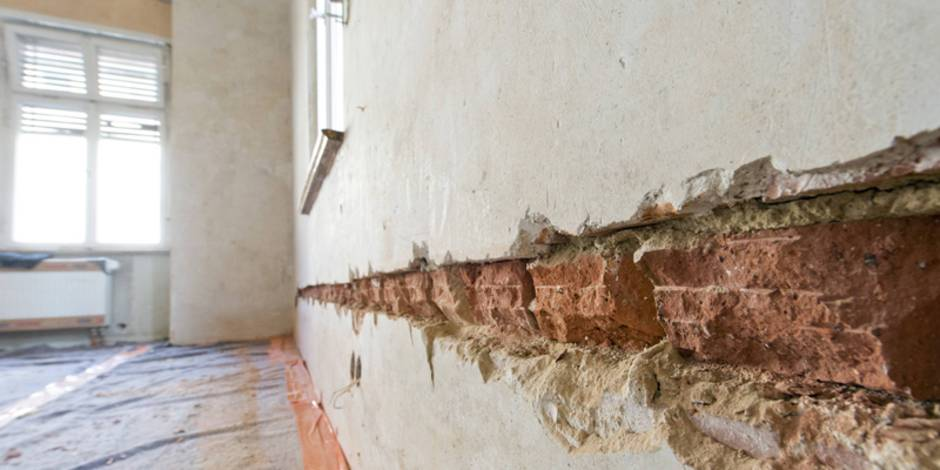 Wand verputzen, diy, selber machen, Schlitze klopfen, Foto: imagebroker / imago