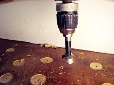 Laminat auf Treppen verlegen, Oberfläche anbohren, Foto: BHK Holz- und Kunststoff KG H. Kottmann