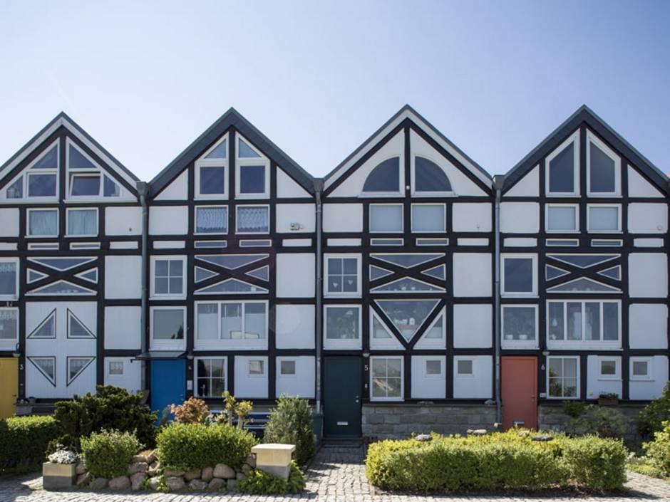Fachwerkaus, moderne Fachwerkhäuser, Reihenhäuser mit viel Glas, modernen Formen, Foto: Ida Friederson / stock.adobe.com