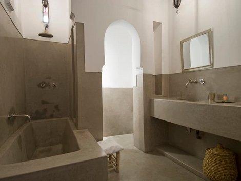 Wand verputzen, marokkanisches Bad mit Tadelakt, Blick vom Bad auf den Flur hinaus. Foto: iStock.vom / FrankvandenBergh