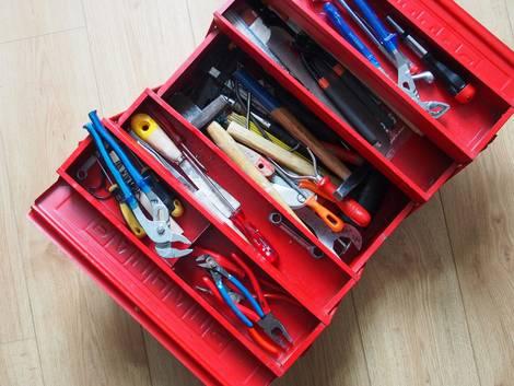 Werkstatt einrichten, roter Werkzeugkoffer voller Werkzeug, Foto: finecki / fotolia.de
