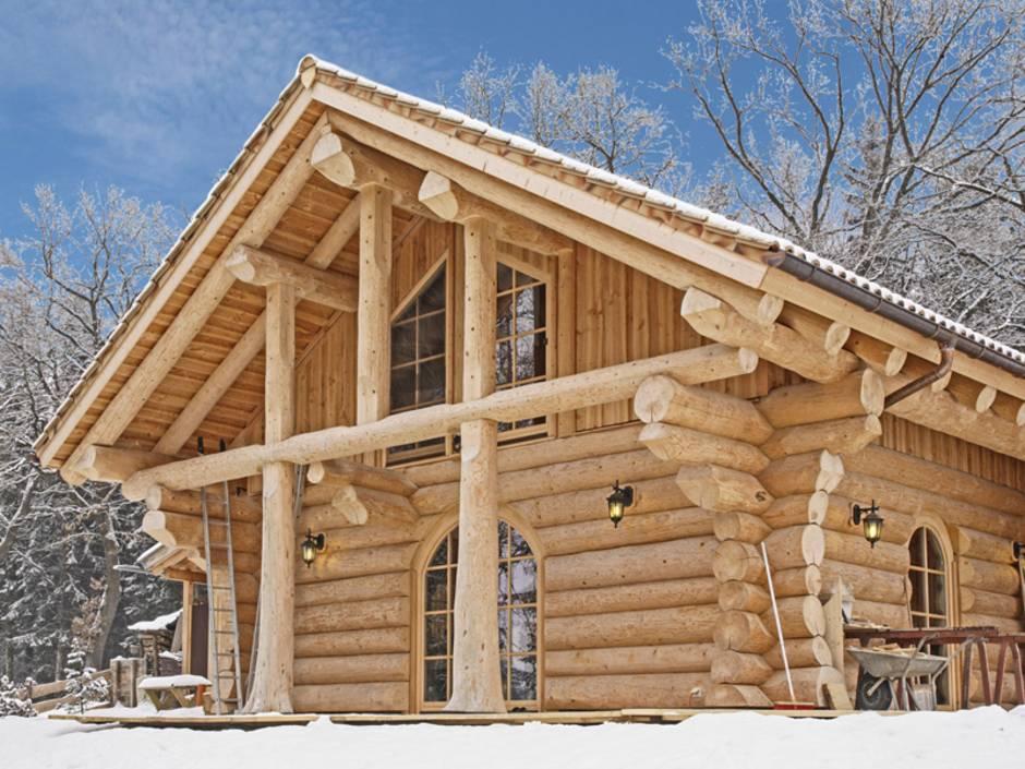 Blockhaus, Naturstammbeiweise, Blockhaus in Winterlandschaft, Foto: www.team-kanadablockhaus.de