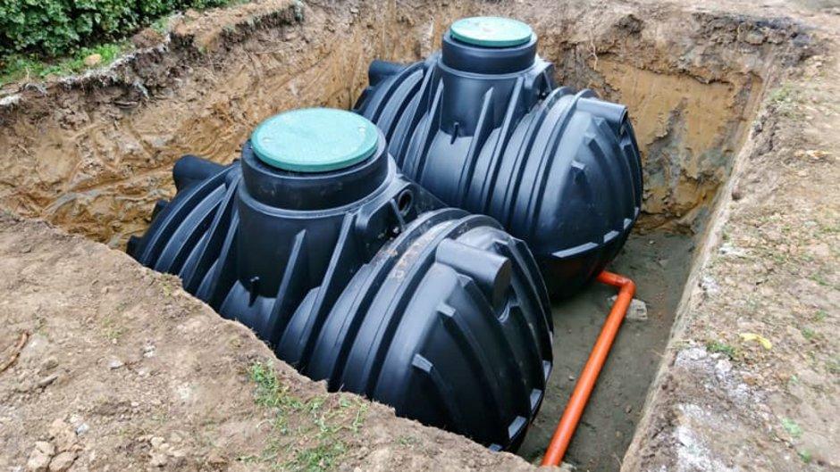 Regenwassernutzung, Baugrube mit Kunststoffzisternen, Foto: iStock.com / hamikus