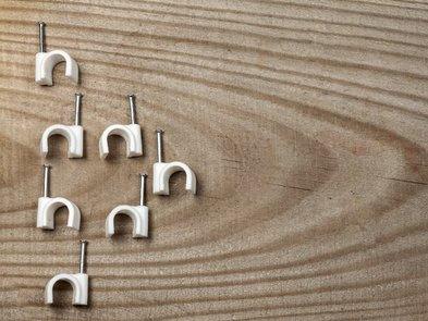 Kabel verlegen, Kabelschellen, Foto: Oleg / stock.adobe.com