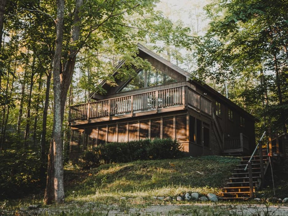 Bauen am Hang, Holzhaus im Wald, vom Fuß des Hangs nach oben fotografiert, Foto: Josh Hild / unsplash.com