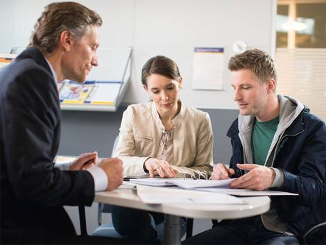 10 Tipps zur Baufinanzierung, Pärchen im Beratungsgespräch mit Postbankangestellten, Foto: Deutsche Postbank AG