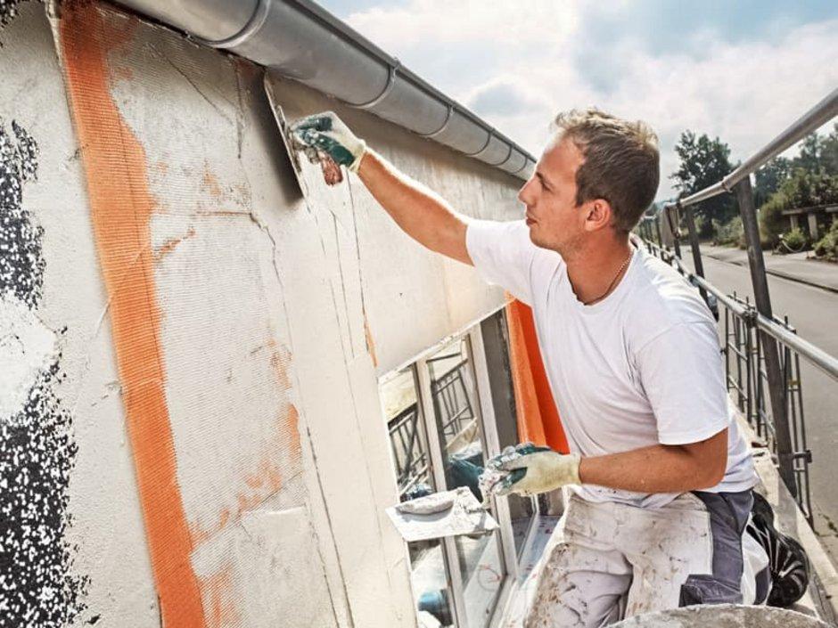 Wand verputzen, Heimwerker bei Putzarbeiten, von der Seite fotografiert, Foto: Ingo Bartussek / stock.adobe.com
