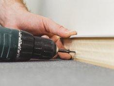 Teppich verlegen, Teppichleiste anschrauben, Foto: Andrey Gonchar / stock.adobe.com