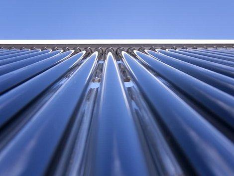 Röhrenkollektoren oder Flachkollektoren, Röhrenkollektoren in Nahaufnahme mit extremer Fluchtung die Röhren entlang, Foto: digital-designer / stock.adobe.com