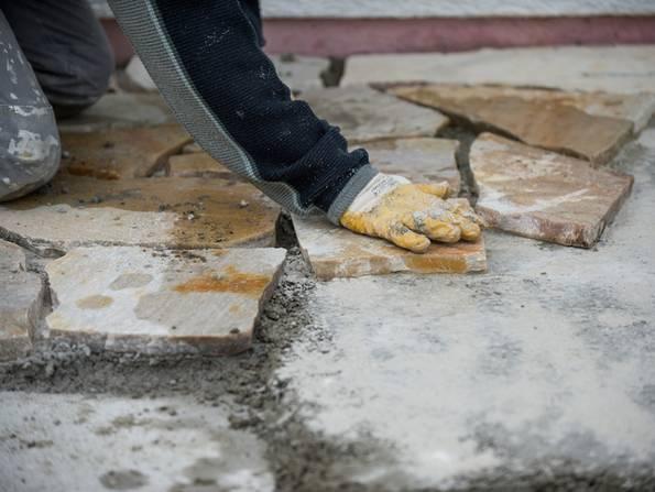Terrassenplatten verlegen, diy, Platten verlegen. Foto: Jörn Buchheim - fotolia.com