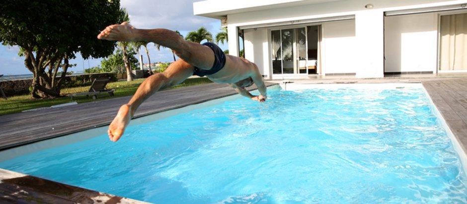 Swimmingpool, Mann macht Kopfsprung in Pool, Foto: goodluz / stock.adobe.com