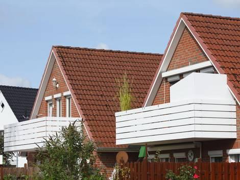 Altbau kaufen, Siedlungshäuser mit Balkonen, Foto: detailfoto / stock.adobe.com