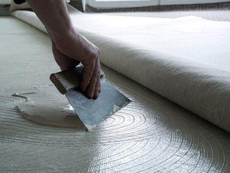 Teppich verlegen, Teppich kleben, Foto: Heiko Küverling / stock.adobe.com