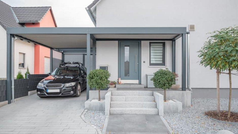 Fassadenvarianten, Haus mit Putzfassade, Carport und Kiesgarten. Foto: schulzfoto / stock.adobe.com
