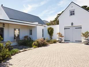 Bodenbelag Einfahrt, Pflastersteine, ein Haus mit großem Schuppen, der als Garage genutzt wird, Foto: stock.adobe.com / mavoimages