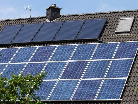 Röhrenkollektoren oder Flachkollektoren, Dach mit Solarthermie und Photovoltaik, Foto: Horst Schmidt / stock.adobe.com