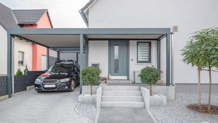 Carport, Metallcarport als Anbau neben dem Haus, Foto: schulzfoto / stock.adobe.de