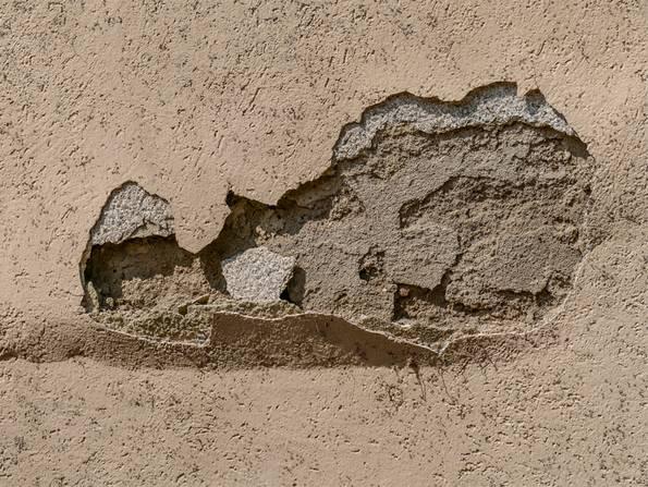 Fassade streichen, beschädigter Putz, die Farbe blättert ab, Foto: fotolia.de / focus finder