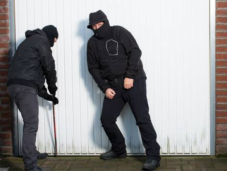 Garagentore, Sicherheit, Einbrecher hebeln Schwingtor auf, Foto: Picture-Factory / fotolia.com