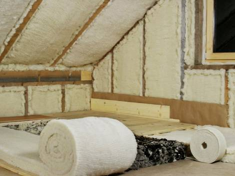 ökologische Dämmstoffe, Schafwolle, Schafwolldämmung, Dachgeschoss mit Dämmbahnen aus Schwafwolle, Foto: daemwool.at
