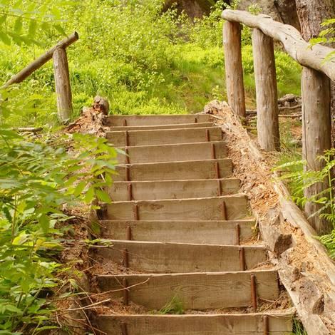 Außentreppe bauen, Knüppeltreppe, Foto: fotoro - Fotolia.com