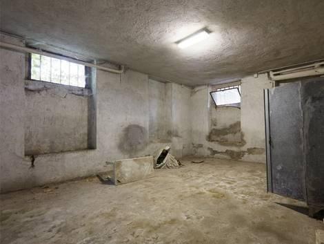 Altbau kaufen, der Keller eines Altbaus, staubig, dreckig und möglicherweise feucht, Foto: andersphoto / stock.adobe.com