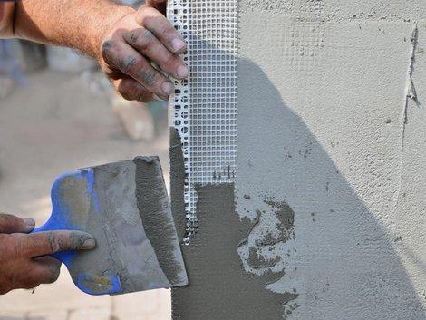 Wand verputzen: Heimwerker bringt gerade ein Eckprofil an. Foto: mehaniq41 / stock.adobe.com