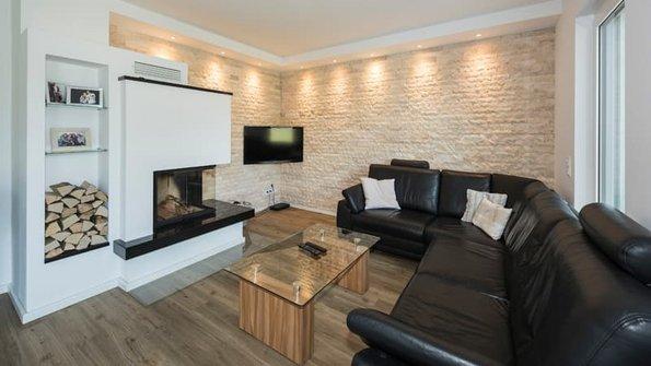 Klinker, freiliegende Klinkerwand im Wohnzimmer, Foto: Roth-Massivhaus / Gerhard Zwickert