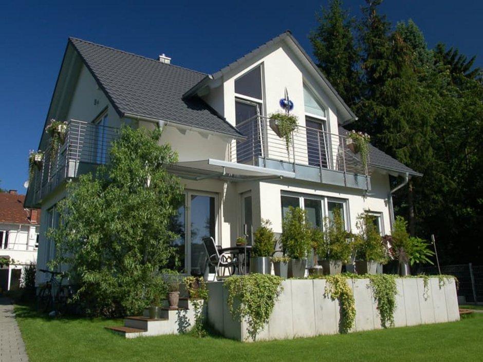 Erker, relativ neues Haus mit Erker, die Pflanzen im Garten sind allerdings schon etwas gewachsen, Foto: Loocid GmbH / stock.adobe.com