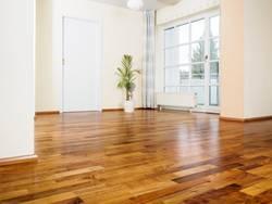 Holzoptik, leeres Haus von innen, weiße Wände und Holzfußboden, Foto: Manuel Schönfeld / stock.adobe.com