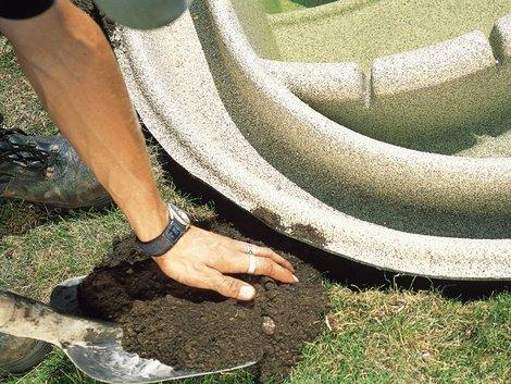 Teich selber bauen, Gartenteich anlegen, Erde, Foto: OASE GmbH